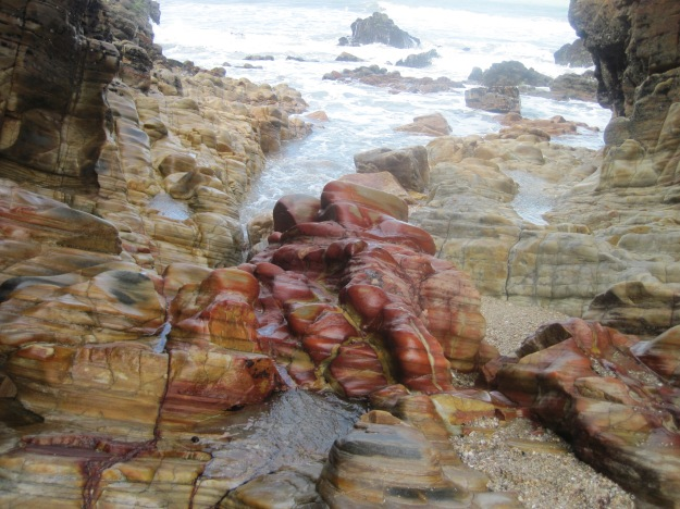 A beleza impactante das pedras coloridas à beira-mar, que fotografei em Jericoacoara (CE).
